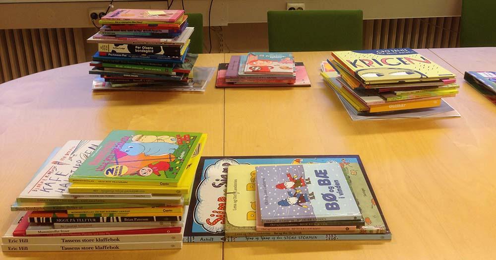 Stabler bøker på bord